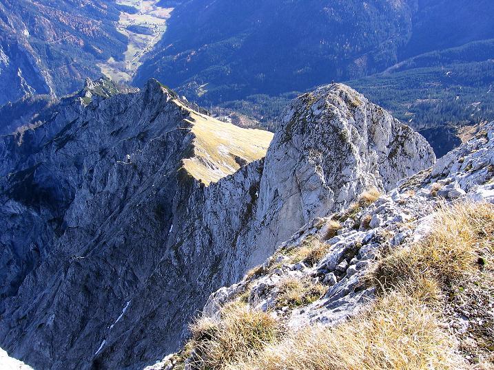 Foto: Andreas Koller / Wander Tour / Admonter Reichenstein (2251m) / Tiefblick zu Totenköpf (2186 m) und Pfarrmauer (1995 m) / 04.11.2008 21:08:53