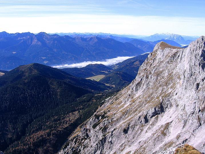 Foto: Andreas Koller / Wander Tour / Admonter Reichenstein (2251m) / Blick über den Kalbling (2196 m) ins Ennstal. Im Hintergrund Grimming (2351 m), Dachstein (2996 m), Niedere und Hohe Tauern / 04.11.2008 21:04:44