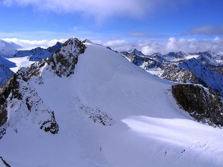 Foto: Andreas Koller / Wander Tour / Über den Tiefenbachferner auf die Innere Schwarze Schneide (3370m) / Blick zum benachbarten Linken Fernerkogel (3278 m) / 10.11.2008 22:45:05