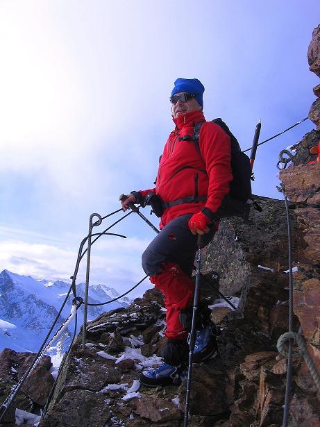 Foto: Andreas Koller / Wander Tour / Über den Tiefenbachferner auf die Innere Schwarze Schneide (3370m) / Drahtseile helfen an den steilsten Stellen des S-Grats / 10.11.2008 22:40:12
