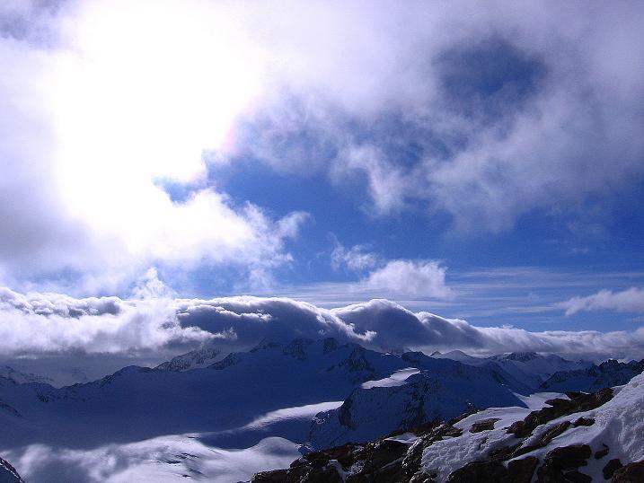 Foto: Andreas Koller / Wander Tour / Über den Tiefenbachferner auf die Innere Schwarze Schneide (3370m) / Blick zu der in Föhnwolken eingetauchten Wildspitze (3774 m) / 10.11.2008 22:39:28