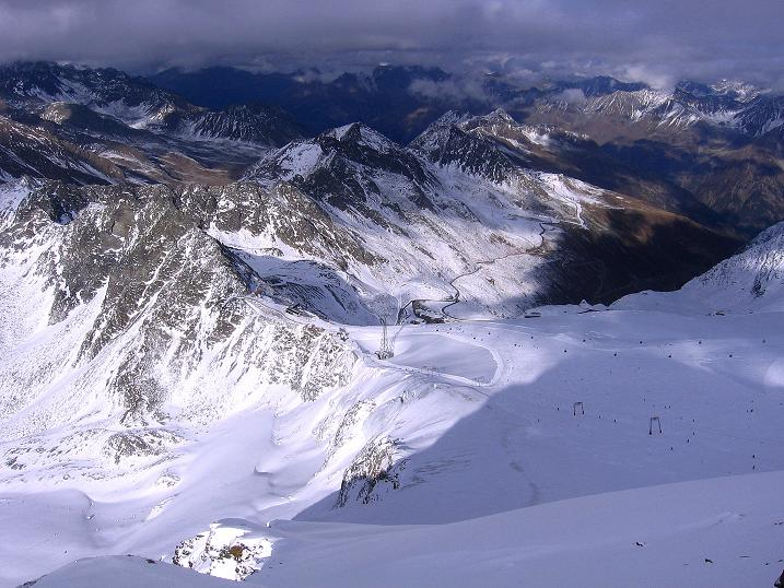 Foto: Andreas Koller / Wander Tour / Über den Tiefenbachferner auf die Innere Schwarze Schneide (3370m) / Tiefblick auf den Rettenbachferner mit Skizirkus / 10.11.2008 22:38:18