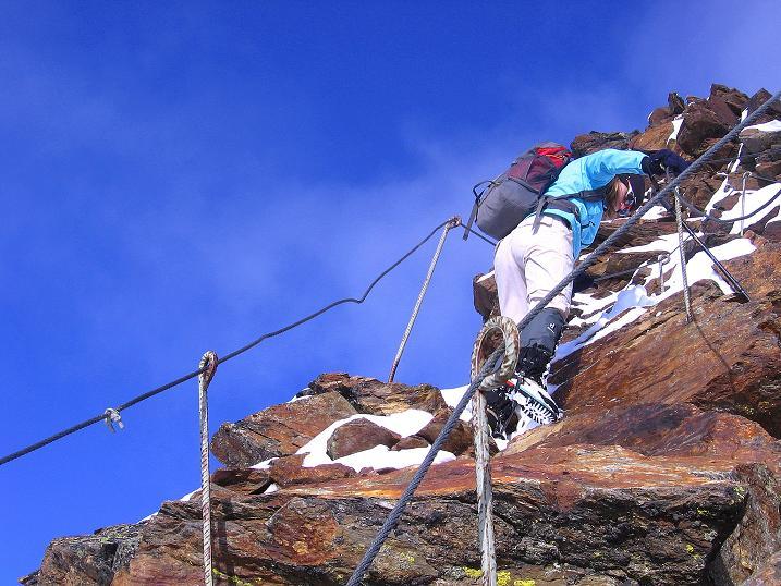 Foto: Andreas Koller / Wander Tour / Über den Tiefenbachferner auf die Innere Schwarze Schneide (3370m) / Doppelte Drahtseile am steilen S-Grat beim Abstieg / 10.11.2008 22:34:28