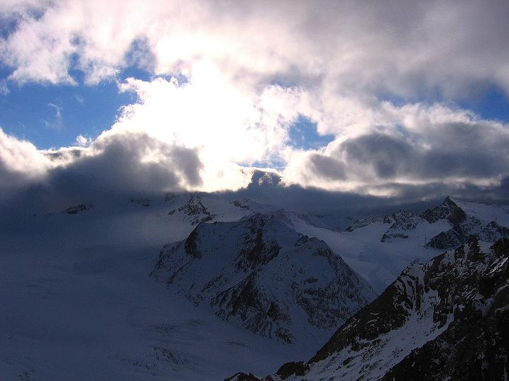 Foto: Andreas Koller / Wander Tour / Über den Tiefenbachferner auf die Innere Schwarze Schneide (3370m) / Letzter Blick zur Wildspitze (3774 m), die in Föhnwolken steckt / 10.11.2008 22:33:06