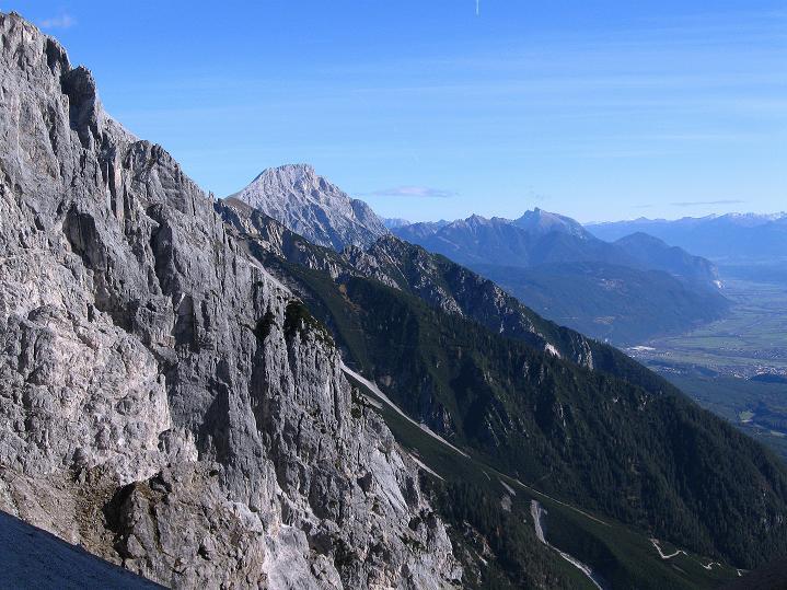 Foto: Andreas Koller / Klettersteig Tour / Klettersteig auf die Wankspitze (2219m) / Blick aus dem Stöttltörl zur Hohen Munde (2662 m) und ins Inntal / 12.11.2008 01:09:38