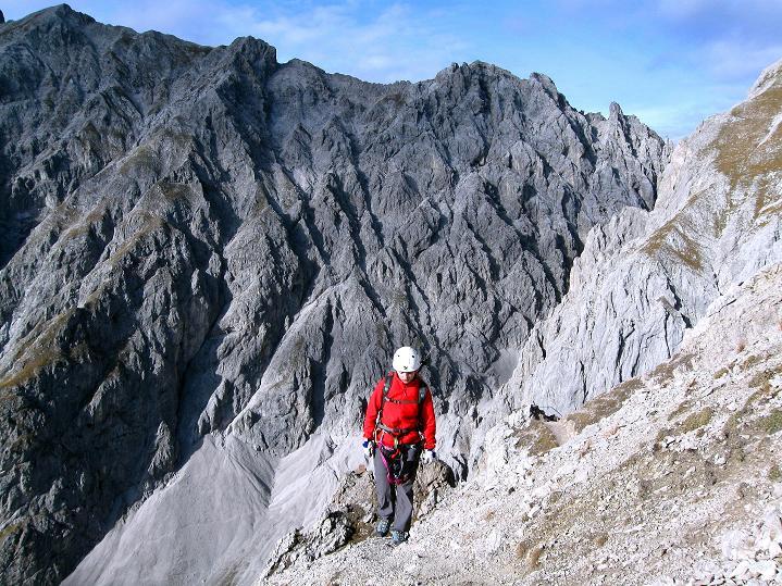 Foto: Andreas Koller / Klettersteig Tour / Klettersteig auf die Wankspitze (2219m) / Kurz Gehgelände vor der imposanten Kulisse des Grünstein (2661 m) / 12.11.2008 01:03:01