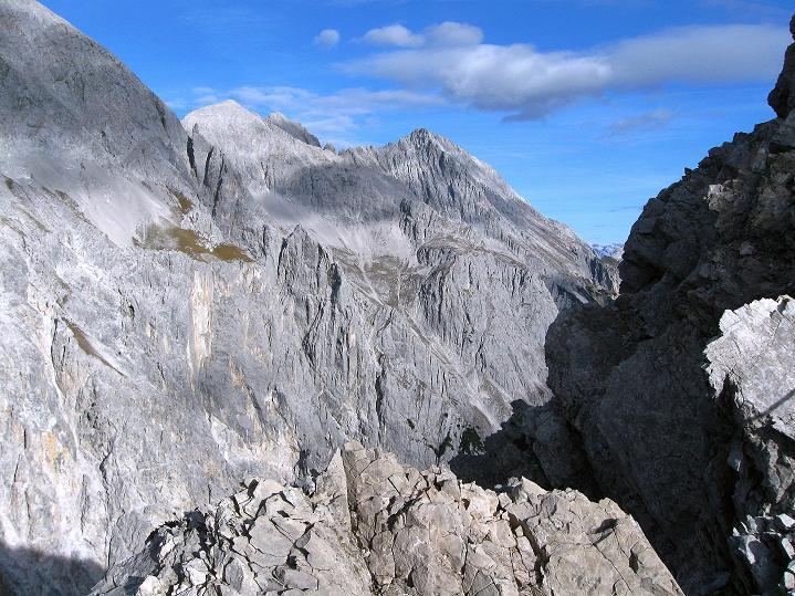 Foto: Andreas Koller / Klettersteig Tour / Klettersteig auf die Wankspitze (2219m) / Blick vom Grat nach O zum Hochplattig (2768 m) / 12.11.2008 01:01:30