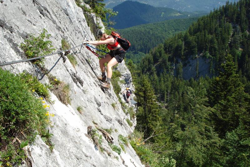 Foto: Günter Siegl / Klettersteig Tour / Mein Land – Dein Land Klettersteig / Nach der Zweiseilbrücke eröffnet sich ein herrlicher Quergang. / 06.06.2011 09:07:58