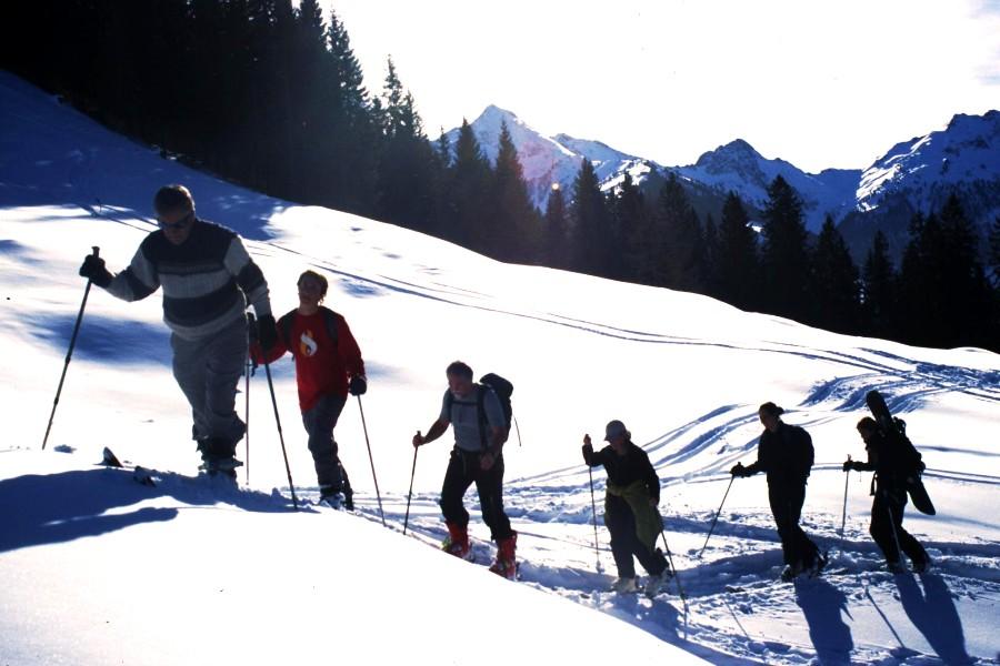 Foto: bergsepp / Ski Tour / Galtenberg Umrundung / Skitour zum Schatzberg gegen den Galtenberg 2424m, Tristkopf und Sagtalerspitzen. Die ganze Gruppe wird von rechts nach links umrundet / 02.12.2008 02:17:23
