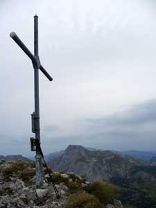 Foto: Datzi / Wander Tour / Rundtour von der Winterhöh ( Wildalpen) mit Anstieg zur Schaufelwand und Brandstein ( Biwak ) u.Abstieg über dem Teufelssee / Das Gipfelkreuz am großen Brandstein ( im Hintergrund die Schaufelwand ) / 06.12.2008 15:07:35