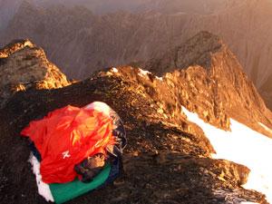 Foto: Datzi / Wander Tour / Rundtour im Gr. Walsertal auf die Rote Wand ( Biwak ) / Biwak am Gipfel mit Blick zum Gratanstieg / 06.12.2008 18:38:38
