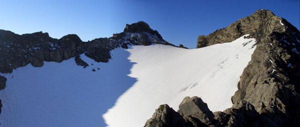 Foto: Datzi / Wander Tour / Rundtour im Gr. Walsertal auf die Rote Wand ( Biwak ) / Das Schneefeld mit dem Gratanstieg ( Gratanstieg rechts im Bild ) / 06.12.2008 18:38:56