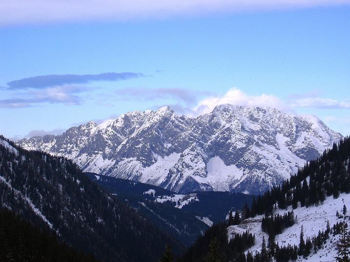 Foto: Andreas Koller / Ski Tour / Vom Plannerkessel in den Gullinggraben (2054m) / Mächtig präsentiert sich der Grimming im N (2351 m) / 15.12.2008 01:43:32