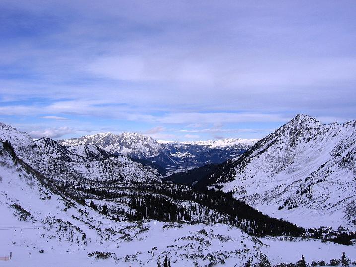 Foto: Andreas Koller / Ski Tour / Vom Plannerkessel in den Gullinggraben (2054m) / Blick nach N zum Ausgangspunkt Planneralm, Grimming (2351 m) und Totem Gebirge / 15.12.2008 01:42:47