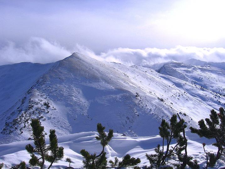 Foto: Andreas Koller / Ski Tour / Vom Plannerkessel in den Gullinggraben (2054m) / Die Hintergullingspitze vom Großen Rotbühel ( = von N) / 15.12.2008 01:40:44
