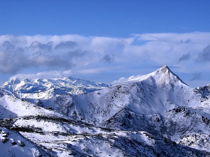 Foto: Andreas Koller / Ski Tour / Vom Plannerkessel in den Gullinggraben (2054m) / Schoberspitze (2126 m), links davon der Dachstein (2996 m) / 15.12.2008 01:38:54