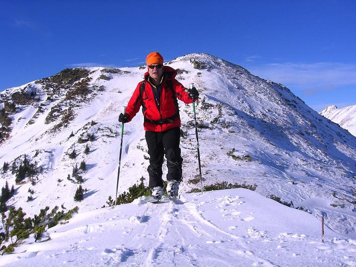Foto: Andreas Koller / Ski Tour / Vom Plannerkessel in den Gullinggraben (2054m) / Aufstieg am N-Grat zur Hintergullingspitze (im Hintergrund der Große Rotbühel) / 15.12.2008 01:34:49
