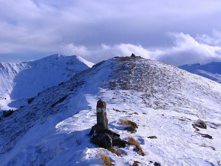 Foto: Andreas Koller / Ski Tour / Vom Plannerkessel in den Gullinggraben (2054m) / Man erkennt vom Vorgipfel den Steinmann auf der Hintergullingspitze / 15.12.2008 01:33:53
