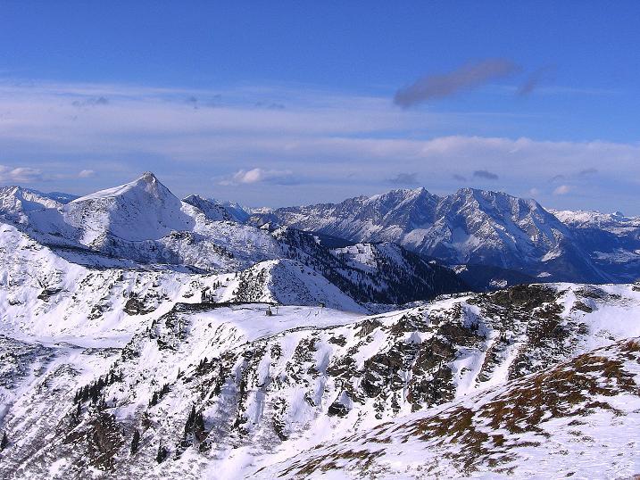 Foto: Andreas Koller / Ski Tour / Vom Plannerkessel in den Gullinggraben (2054m) / Blick von der Hintergullingspitze zum Grimming (2351 m) und zur Schoberspitze (2126 m) / 15.12.2008 01:30:33
