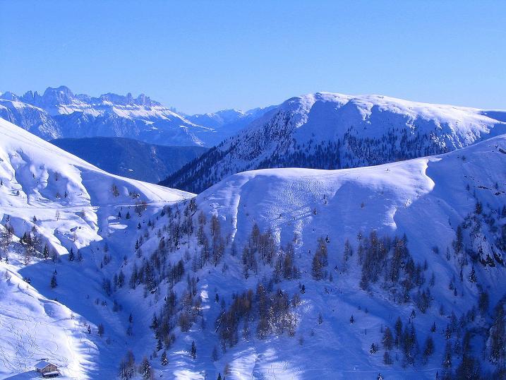 Foto: Andreas Koller / Ski Tour / Anfängertour auf den Spieler (2080m) / Blick übers Kreuzjoch (2086 m) zum Rosengarten / 15.12.2008 02:22:36