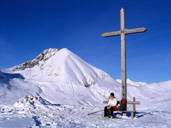 Foto: Andreas Koller / Ski Tour / Anfängertour auf den Spieler (2080m) / Gipfelkreuz am Spieler mit Plattinger (2615 m) und Verdinser Plattenspitze (2680 m) / 15.12.2008 02:17:40