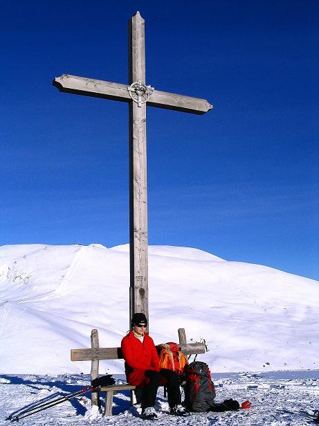 Foto: Andreas Koller / Ski Tour / Anfängertour auf den Spieler (2080m) / Gipfelkreuz am Spieler gegen Großen Mittager (2422 m) / 15.12.2008 02:13:11