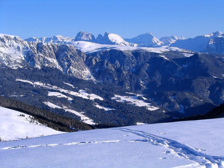 Foto: Andreas Koller / Ski Tour / Anfängertour auf den Spieler (2080m) / Im SO grüßen Sella (3152 m), Langkofel (3181 m), Plattkofel (2958 m) und der Rosengarten / 15.12.2008 02:12:45
