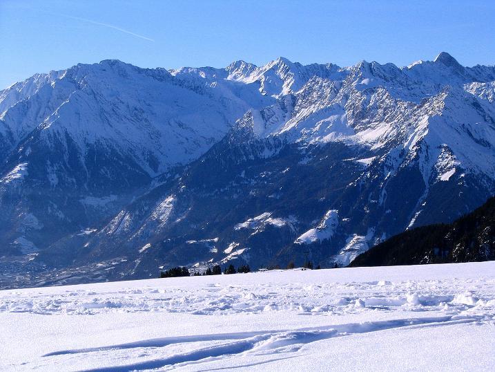 Foto: Andreas Koller / Ski Tour / Anfängertour auf den Spieler (2080m) / Blick ins Meraner Becken und in die Texelgruppe / 15.12.2008 02:11:43