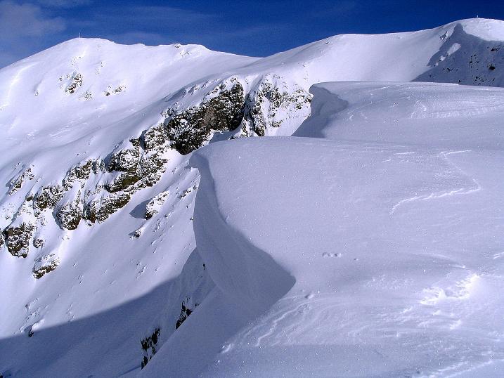Foto: Andreas Koller / Ski Tour / Von Reinswald auf die Getrumspitze (2589m) / Über der Wechte zeigt sich die Getrumspitze / 15.12.2008 02:51:31