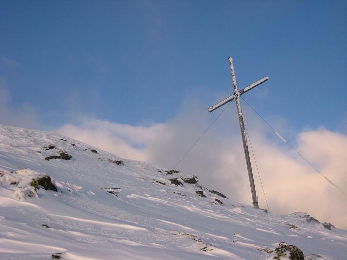 Foto: Andreas Koller / Ski Tour / Vom Durnholzer See auf das Schrotthorn (2590m)  / Fast geschafft: das Gipfelkreuz am Schrotthorn / 16.12.2008 01:10:44