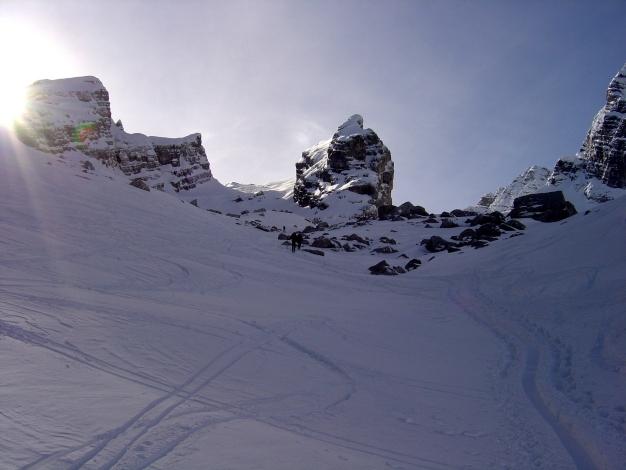 Foto: Manfred Karl / Ski Tour / Von der Wimbachbrücke auf das Dritte Watzmannkind / Im linken Karteil geht es zum Dritten Kind, in Bildmitte Viertes Kind, ganz links Erstes und Zweites Kind / 18.12.2008 08:55:10