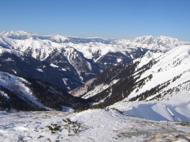 Foto: Manfred Karl / Ski Tour / Zwei leichte Gipfel über dem Kessel der Planneralm / Im Hintergrund Dachstein und Grimming / 18.12.2008 09:24:55