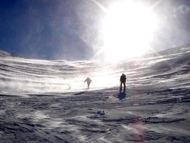 Foto: Manfred Karl / Ski Tour / Zwei leichte Gipfel über dem Kessel der Planneralm / Schneefegen beim Aufstieg zur Goldbachscharte / 18.12.2008 09:23:30