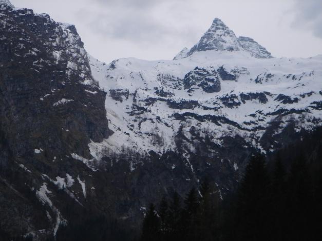 Foto: Manfred Karl / Ski Tour / Skihörndl - Frühjahrsklassiker in den Loferer Steinbergen / Entlang der Felswände im linken Bildteil verläuft die Route; rechts im Bild das Große Reifhorn / 18.12.2008 10:18:03
