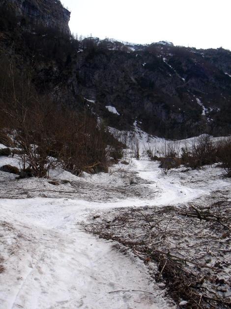 Foto: Manfred Karl / Ski Tour / Skihörndl - Frühjahrsklassiker in den Loferer Steinbergen / Oft liegen im Talboden noch lange die Reste mächtiger Lawinen / 18.12.2008 10:07:20