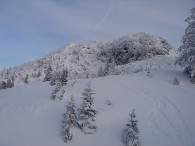 Foto: Manfred Karl / Skitour / Auf einen Hausberg der Salzburger Tourengeher / Links der Vorgipfel, von dem man steil ins Kleine Brunntal abfährt / 18.12.2008 17:45:58