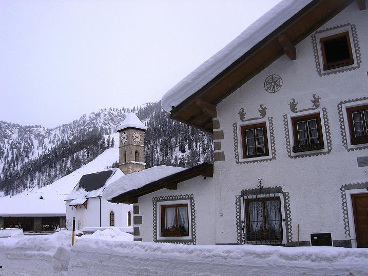 Foto: Andreas Koller / Ski Tour / Aus dem Val Müstair auf den Piz Dora (2951m) / Das Zentrum des kleinen Ortes Tschierv / 23.12.2008 16:17:45