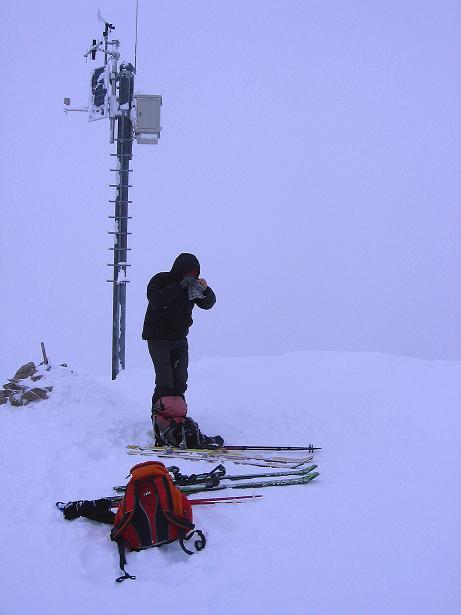 Foto: Andreas Koller / Ski Tour / Aus dem Val Müstair auf den Piz Dora (2951m) / Piz Dora mit seinem kleinen Sender am Gipfel / 23.12.2008 16:12:48