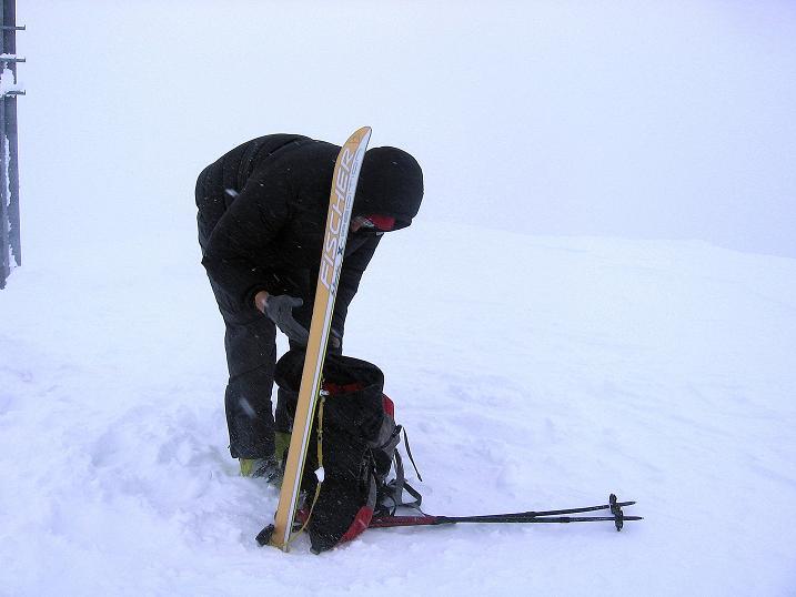 Foto: Andreas Koller / Ski Tour / Aus dem Val Müstair auf den Piz Dora (2951m) / Fertigmachen für die Abfahrt / 23.12.2008 16:11:41