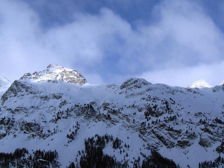 Foto: Andreas Koller / Ski Tour / Hoch über Sils auf die Furtschellas West (2840m) / Ausgangspunkt Sils durch steile Bergketten im W begrenzt / 24.12.2008 00:53:52