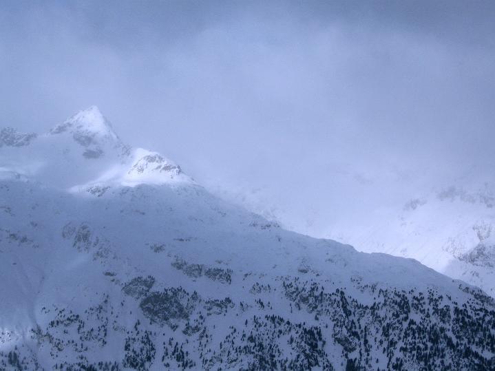 Foto: Andreas Koller / Ski Tour / Hoch über Sils auf die Furtschellas West (2840m) / Der Piz Lagrev (3165 m) taucht aus dem Nebel auf / 24.12.2008 00:49:42