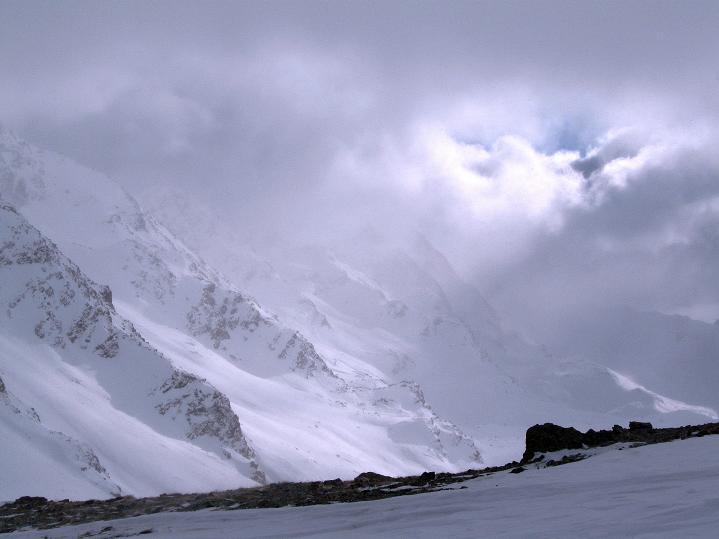Foto: Andreas Koller / Ski Tour / Hoch über Sils auf die Furtschellas West (2840m) / Blick aus dem Sattel zu den S-Abstürzen des Piz Corvatsch (3451 m) / 24.12.2008 00:48:09