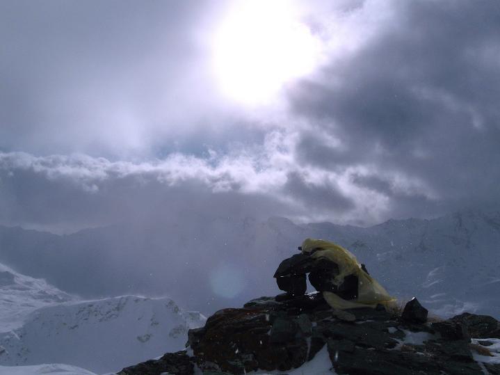 Foto: Andreas Koller / Ski Tour / Hoch über Sils auf die Furtschellas West (2840m) / Gipfelsteinmann / 24.12.2008 00:45:51