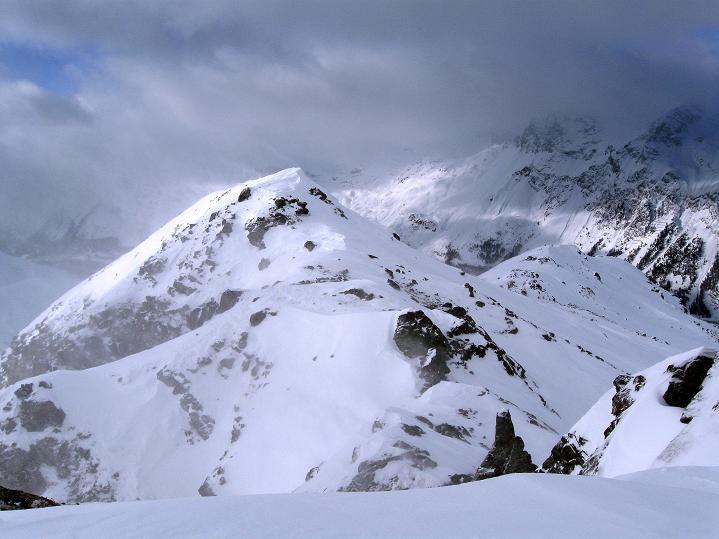 Foto: Andreas Koller / Ski Tour / Hoch über Sils auf die Furtschellas West (2840m) / Der weitere Gratverlauf nach W / 24.12.2008 00:45:39