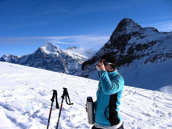 Foto: Andreas Koller / Schneeschuh Tour / Schneeschuh-Trail aufs Faulhorn (2681m) / Rast am Gassenboden mit Simelihorn (2751 m) im Vordergrund, Wetterhorn (3701 m) und Bärglistock (3656 m) / 06.01.2009 23:31:29