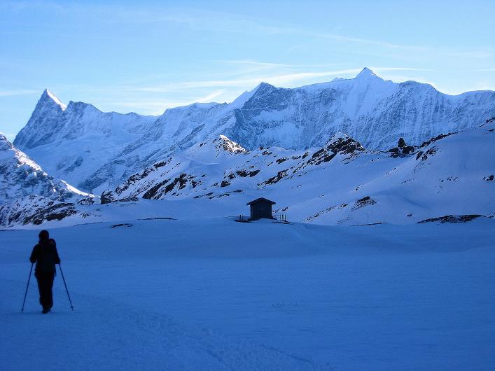 Foto: Andreas Koller / Schneeschuh Tour / Schneeschuh-Trail aufs Faulhorn (2681m) / Beim Bachsee mit Blick auf die Fiescher Eiswand (4049 m) und links das Finsteraarhorn (4273 m) / 06.01.2009 23:18:54