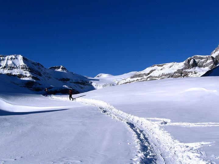 Foto: Andreas Koller / Ski Tour / Vom Gemmipass auf das Daubenhorn (2942 m) / Am flachen Lämmerenboden / 08.01.2009 01:30:27
