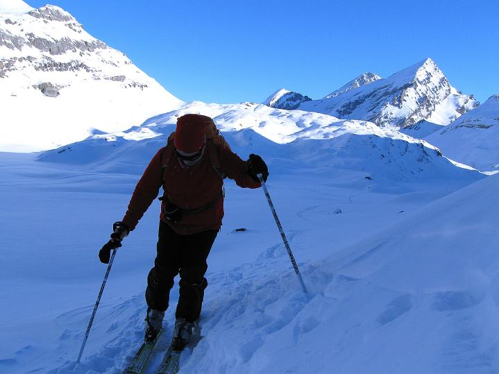Foto: Andreas Koller / Ski Tour / Vom Gemmipass auf das Daubenhorn (2942 m) / Man verlässt den flachen Lämmerenbodel / 08.01.2009 01:29:17