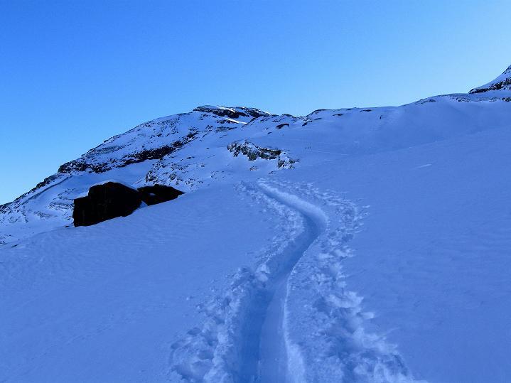 Foto: Andreas Koller / Ski Tour / Vom Gemmipass auf das Daubenhorn (2942 m) / Die Spur führt geradewegs auf das Daubenhorn zu / 08.01.2009 01:28:47
