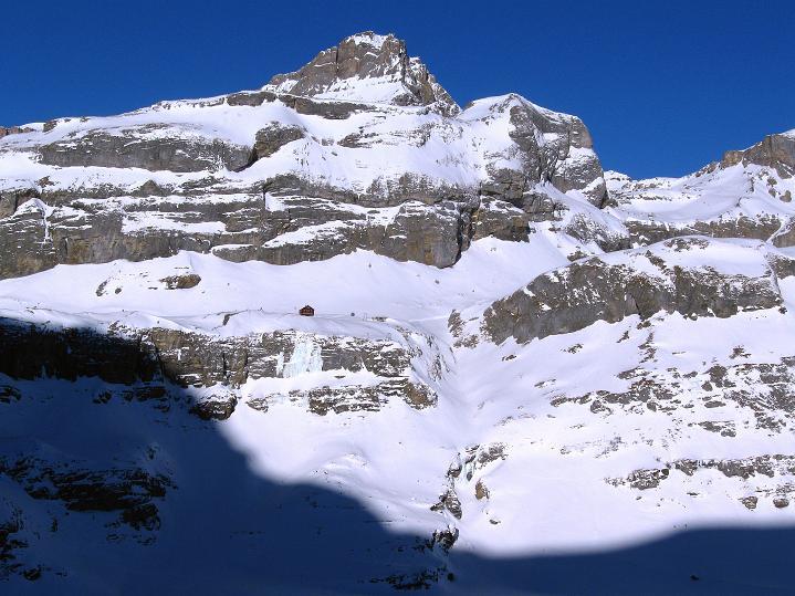 Foto: Andreas Koller / Ski Tour / Vom Gemmipass auf das Daubenhorn (2942 m) / Unterhalb des Steghorns (3246 m) erkennt man in der Sonne die Lämmerenhütte des SAC / 08.01.2009 01:28:29